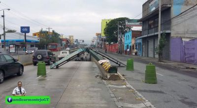 Dos accidentes complicaron el tránsito vehicular la mañana de este sábado. (Foto Prensa Libre: Amílcar Montejo)