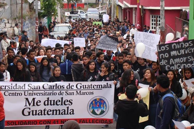 Estudiantes de las diferentes carreras del Cusam marchann en San Marcos para pedir el esclarecimiento de la muerte de las niñas en el Hogar Seguro Virgen de la Asunción. (Foto Prensa Libre: Whitmen Barrera)