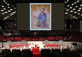 """Una pintura del """"Samurai de Cristo"""" es expuesta durante la ceremonia de beatificación.(AFP)."""