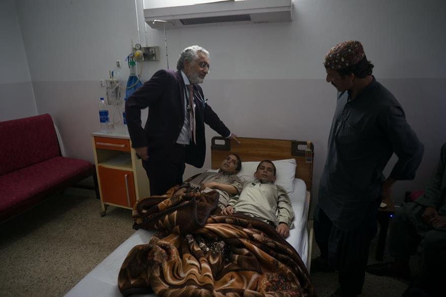 Los médicos investigan el caso de los dos hermanos paquistaníes que quedan  paralizados al llegar la noche. (Foto Prensa Libre: AP).