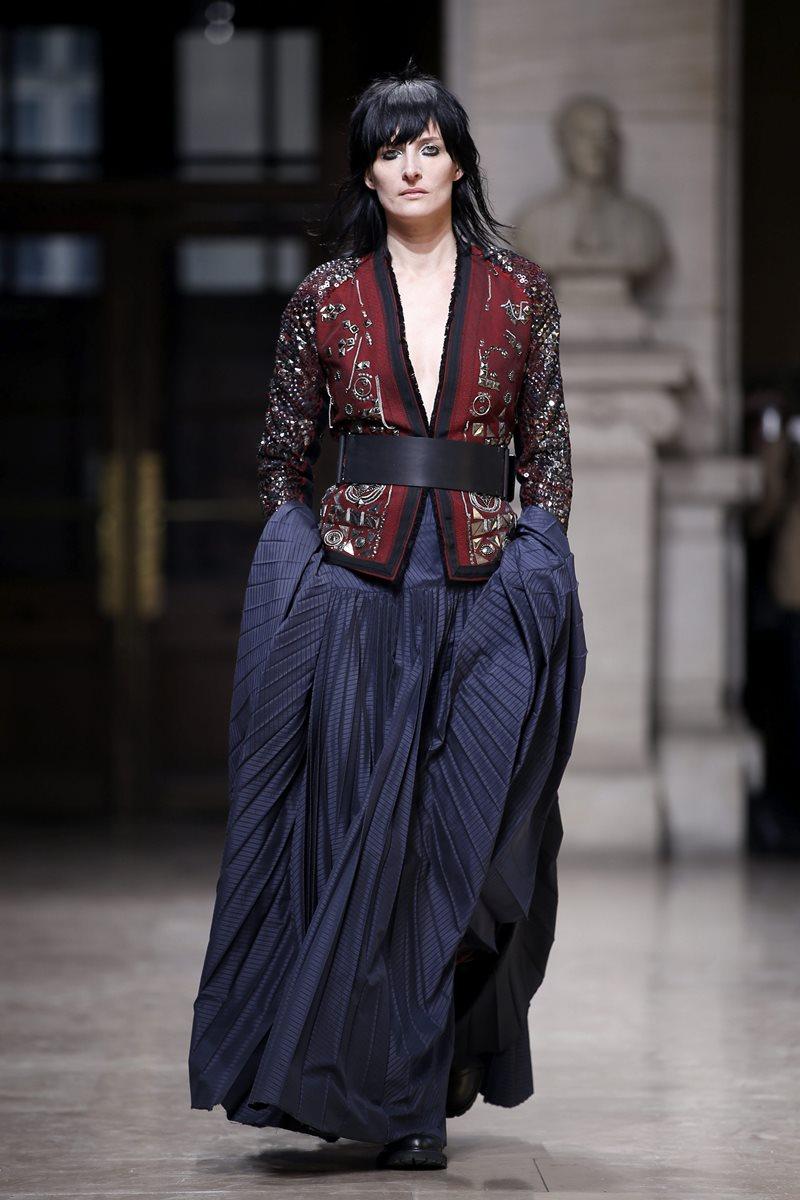 Los diseñadores belgas Filip y Ann Vandevorst, apostaron por faldas elegantes pero con botas que rompen el paradigma que no se puede mezclar piezas informales con formales. (Foto Prensa  Libre: EFE).