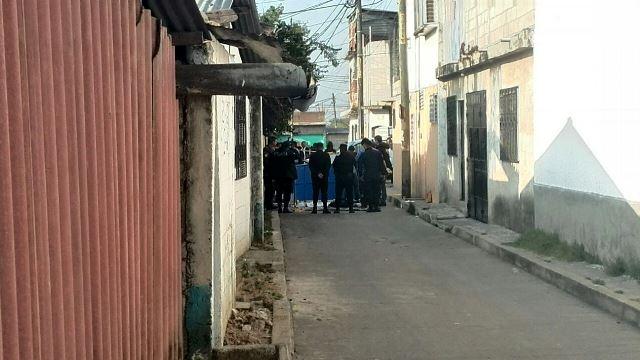 Peritos del MP recogen evidencias en el lugar donde fue localizado el cadáver. (Foto Prensa Libre: Estuardo Paredes)