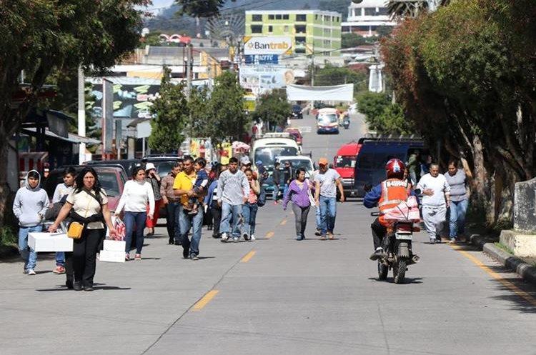Cientos de pobladores que necesitaban llegar a la cabecera departamental fueron  afectados con el bloqueo. (Foto Prensa Libre: Whitmer Barrera)