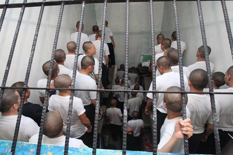 Adolescentes conviven en un espacio pequeño en el Centro Gaviotas. (Foto Prensa Libre: Hemeroteca PL)