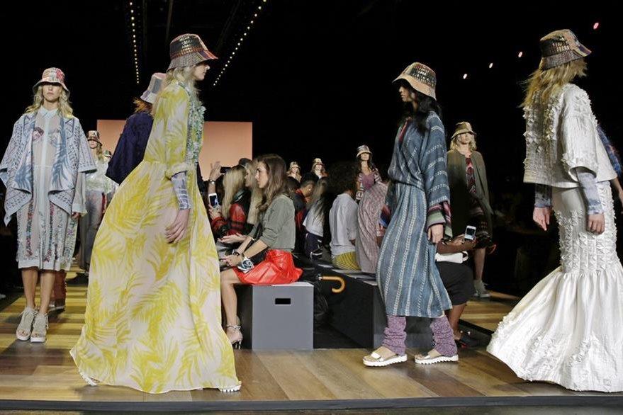 Modelos lucen creaciones de la colección primavera 2016 de BCBG Max Azria. (Foto Prensa Libre: EFE).