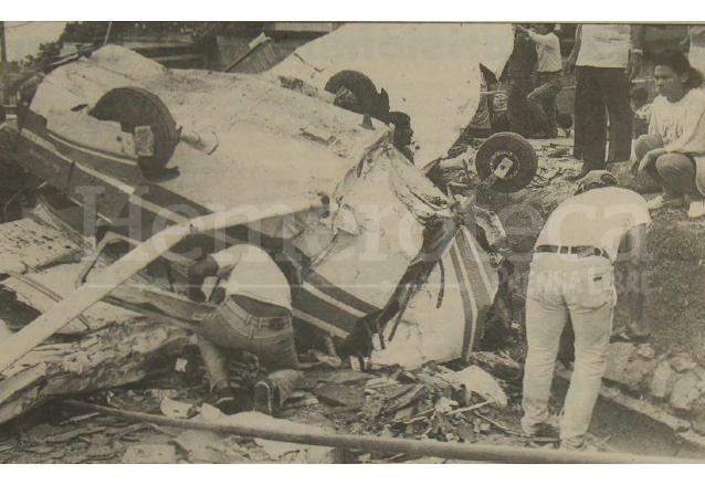 Un bombero municipal busca entre los restos de la aeronave las pertenencias de las víctimas.  (Foto: Hemeroteca PL)