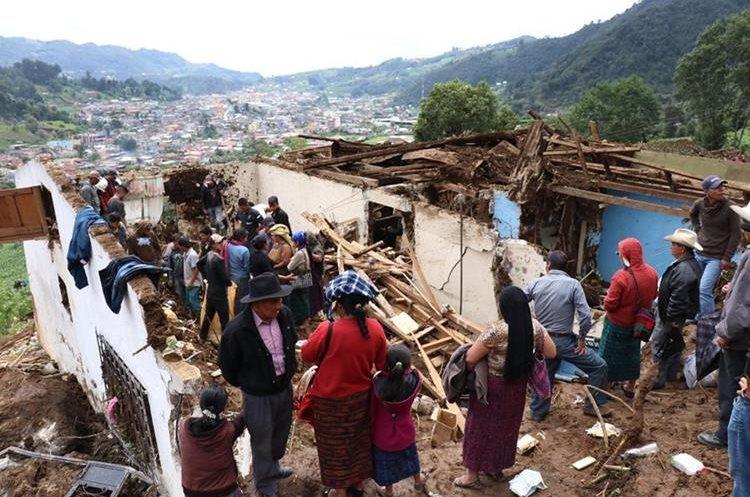 Una vivienda destruida por el alud. Al fondo, el pueblo de San Pedro Soloma. (Foto Prensa Libre: Mike Castillo)