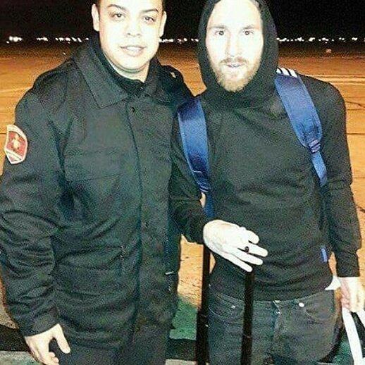 Messi se muestra amigable con sus fanáticos y les concedió fotografías en el aeropuerto. (Foto Prensa Libre: Team Lionel Messi/Twitter)