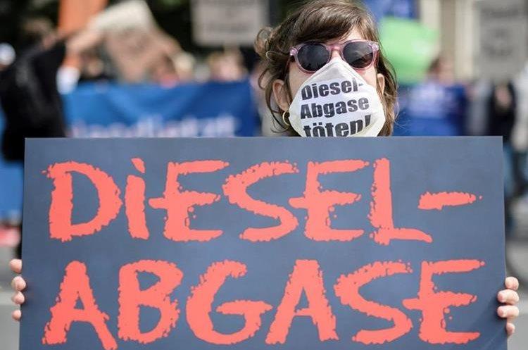 Fotografía de archivo tomada el 2 de agosto de 2018 que muestra a manifestantes que protestan en contra de las emisiones diesel ante el Ministerio de Transporte en Berlín (Alemania). (Foto Prensa Libre: EFE)