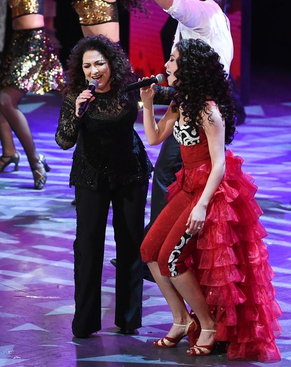 La cantante Gloria Estefan se unió al elenco del musical On your feet!, que representó a los latinos en la gala. (Foto Prensa Libre: AP)