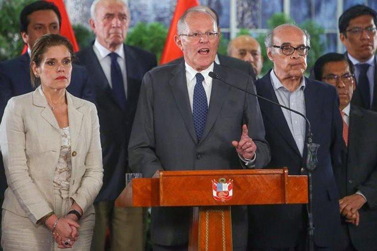 Pedro Pablo Kuczynski -centro-, presidente peruano, pedirá a las autoridades judiciales que le levanten el secreto bancario tras las acusaciones sobornos. (Foto Prensa Libre: EFE)