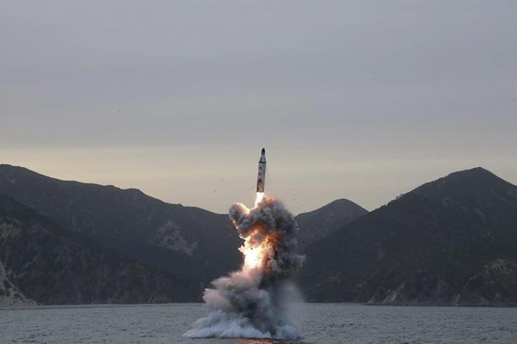 Corea del Norte afirma que fue un éxito lanzamiento de misil desde submarino. (Foto Prensa Libre: AFP)