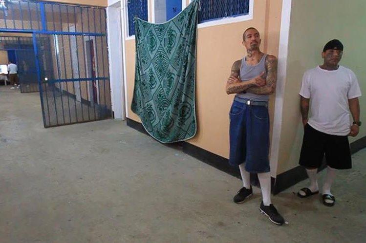Pandilleros, en un pasillo de la cárcel de alta seguridad Fraijanes I. (Foto Prensa Libre: Hemeroteca PL)