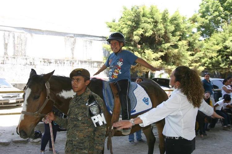 Menor recibe sesión de terapia en el Centro de Equinoterapia que funciona en la Escuela Militar de Equitación. (Foto Prensa Libre: Oscar García).