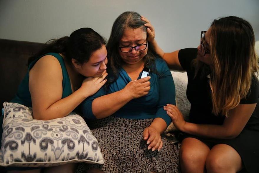 Elia Rosas, (centro), es consolada por familiares después de enterarse de la decisión judicial de la Suprema Corte. (Foto Prensa Libre: AP).