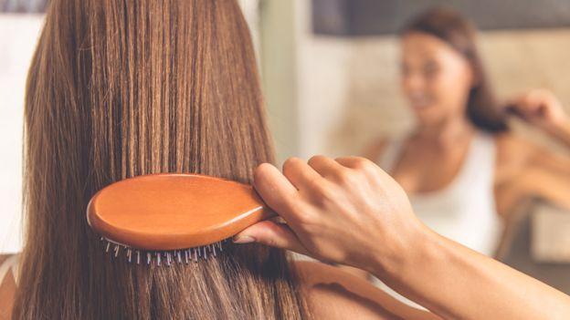 Cepillarse el cabello fomenta la circulación sanguínea. GETTY IMAGES
