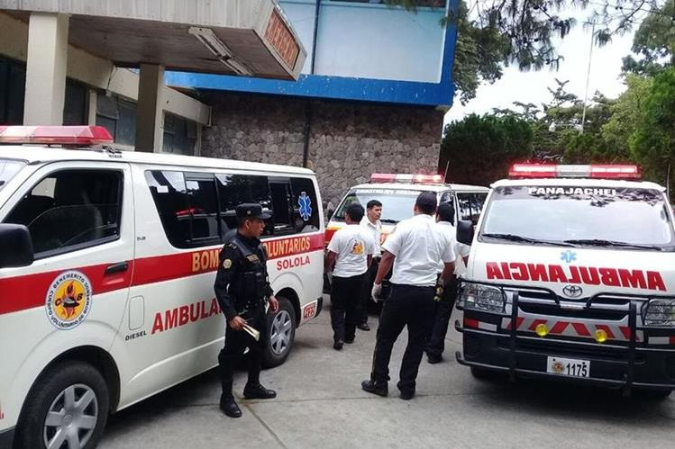 Los Bomberos Voluntarios trasladaron a las estudiantes del colegio Nuevo Pacto de Panajachel, Sololá, al hospital nacional. (Foto Prensa Libre: Ángel Julajuj)