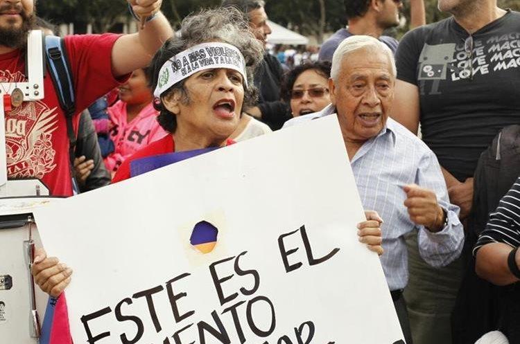 No importa la edad, esta pareja manifiesta su clamor ante la ola de violencia en el país.