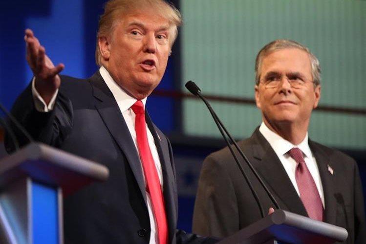 <em>Donald Trump (izq.) junto a Jeb Bush en una imagen de archivo. (Foto Prensa Libre: AP).</em>