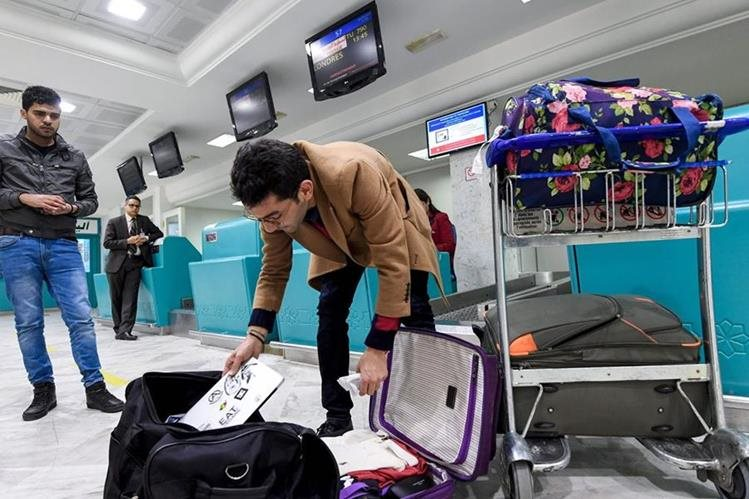 Un pasajero libio afectado por medida sobre veto a computadoras. (Foto Prensa Libre: AFP)