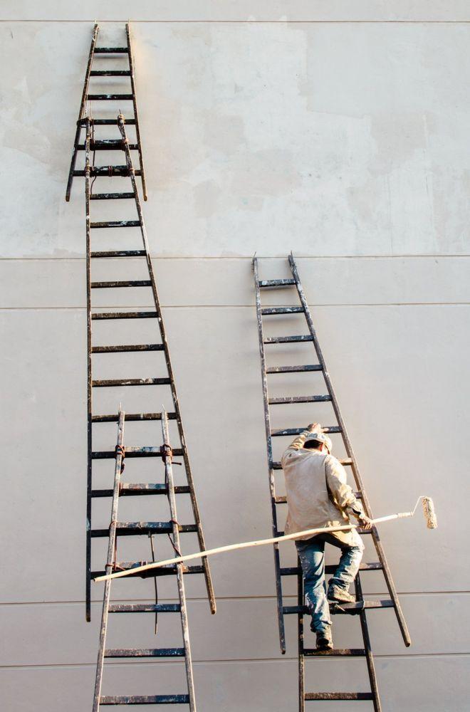 """""""Esta foto intenta homenajear a todos los trabajadores perspicaces desconocidos que construyen y dan mantenimiento a las infraestructuras del tercer mundo"""", cuenta el fotógrafo Enrique Giménez Velilla. La imagen la captó en Asunción, Paraguay. ENRIQUE GIMÉNEZ VELILLA"""