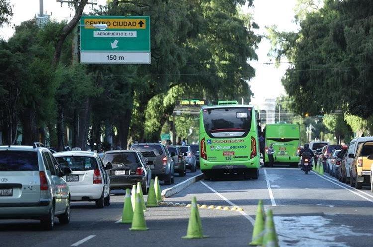 Usuarios del Transmetro se quejan de que deben esperar varios minutos para pasar sobre la 12 calle de la 7a avenida de la zona 9. (Foto Prensa Libre: Esbin García).