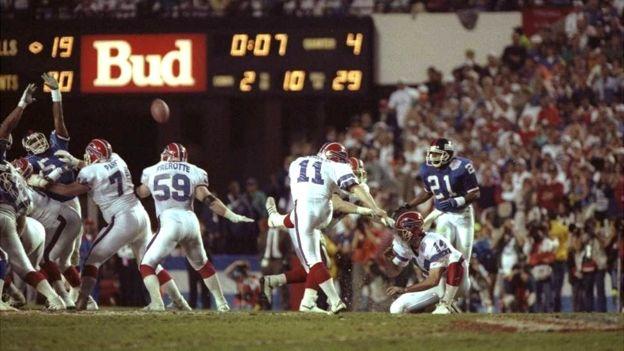 Una patada que jamás podrán olvidar los aficionados de los Buffalo Bills. (Getty Images)
