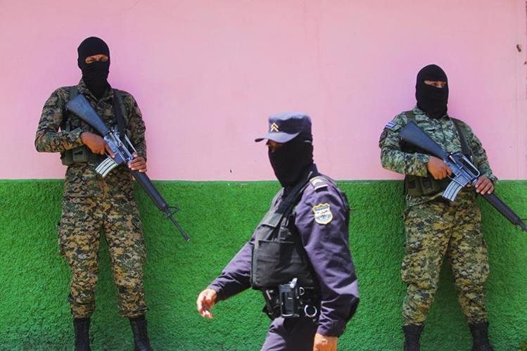 Agentes de la Fuerza Armada salvadoreña y de la Policía Nacional Civil resguardan las principales cárceles del país. (Foto Prensa Libre: EFE).