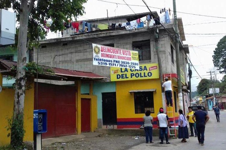 Vecinos del barrio La Libertad, Cobán, colocan mantas para advertir a los delincuentes. (Foto Prensa Libre: Eduardo Sam Chun)