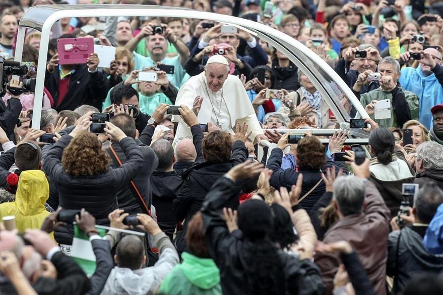 El papa Francisco saluda a una multitud de fieles a su llegada a la audiencia general de los miércoles en la plaza de San Pedro del Vaticano. (Foto Prensa Libre: EFE).