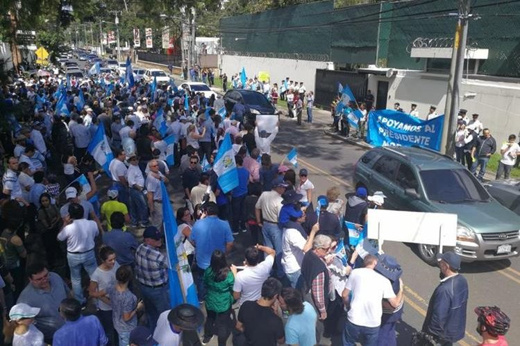 Durante la manifestación se observaron carteles de apoyo al presidente Jimmy Morales y a favor de Álvaro Arzú. (Foto Prensa Libre: Esbin García)