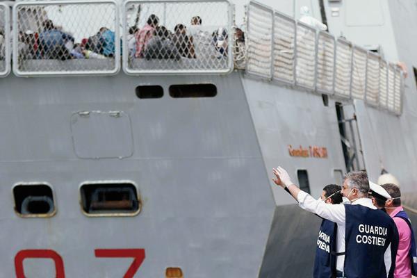 Guardia costera esperan al desembarco de  inmigrantes en el puerto de Nápoles, Italia.(Foto prensa Libre:EFE)
