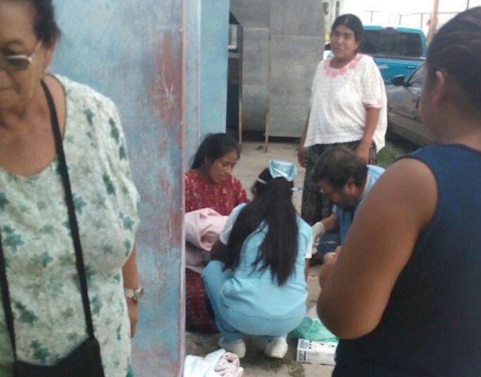 La menor dio a luz en las afueras del Hospital de Baja Verapaz. (Foto Prensa Libre: Carlos Grave)