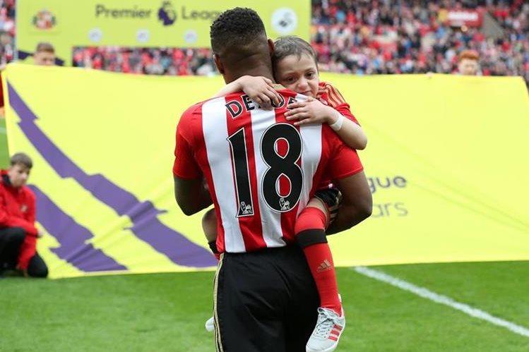 El delantero inglés Jermain Defoe, exfutbolista del Sunderland, estuvo muy cerca de Bradley Lowery y compartió con él sus últimos meses de vida. (Foto Prensa Libre: AFP)