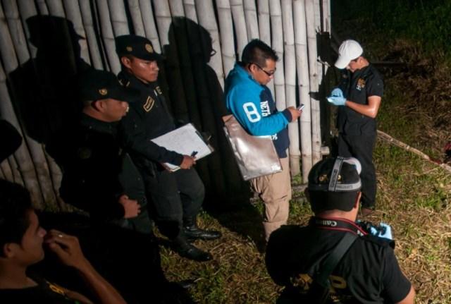 Peritos del Minsiterio Público trabajan en la escena del crimen. (Foto Prensa Libre: Rigoberto Escobar)