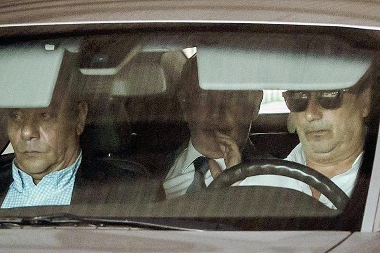 Rodrigo Rato (cen) sale de los Juzgados de Plaza de Castilla donde se ha negado a declarar. (Foto Prensa Libre:EFE)