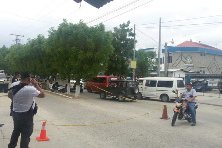 Según las primeras versiones, el reo era trasladado al IGSS de Zacapa. (Foto Prensa Libre: Mario Morales)