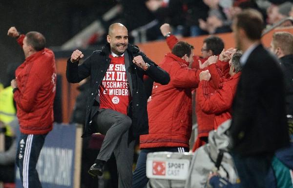 Guardiola celebra uno de los goles en el triunfo del Bayern del fin de semana contra el FC Augsbur. (Foto Prensa Libre: AFP)