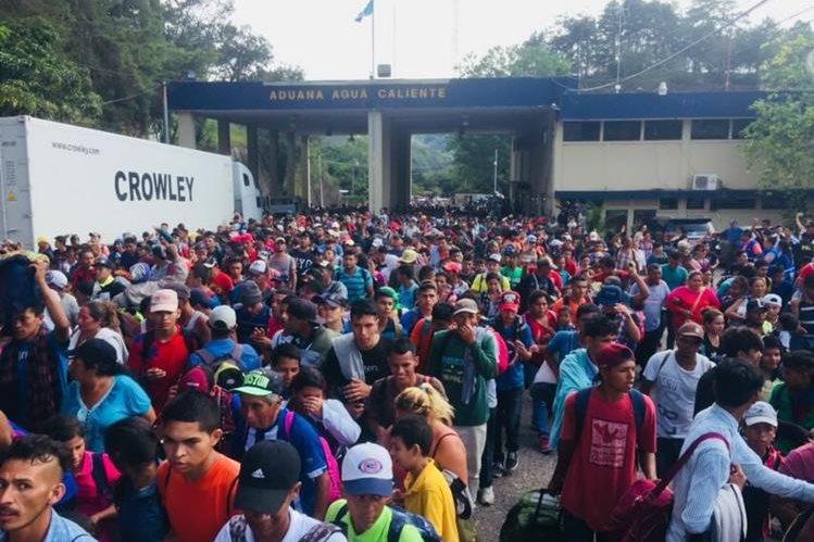 Decenas de migrantes hondureños ingresan a Guatemala en su camino hacia Estados Unidos. (Foto Prensa Libre: Mario Morales)