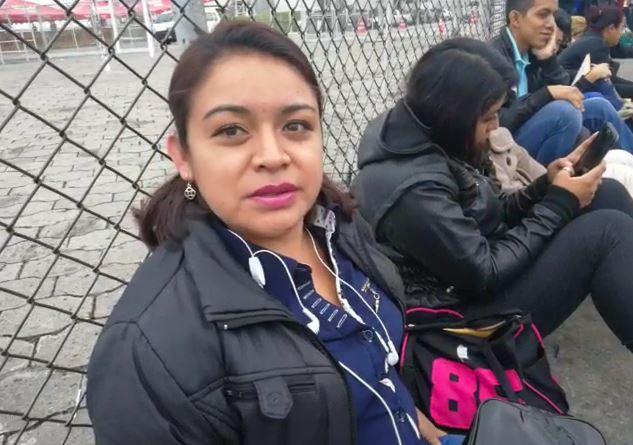Jackelin Rodríguez fue la primera en llegar a la Feria del Empleo, para buscar una oportunidad laboral. (Foto Prensa Libre: Érick Ávila)
