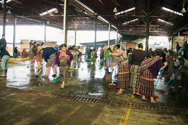 Vendedores limpian mercado de la cabecera de Sololá. (Foto Prensa Libre: Édgar Sáenz)
