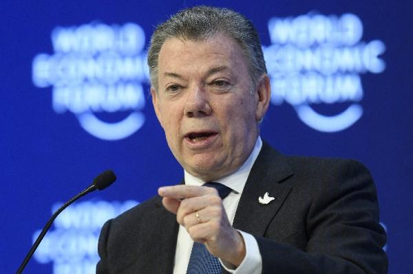 Juan Manuel Santos (d), ofrece un discurso en Foro Económico Mundial de Davos,Suiza.(EFE).