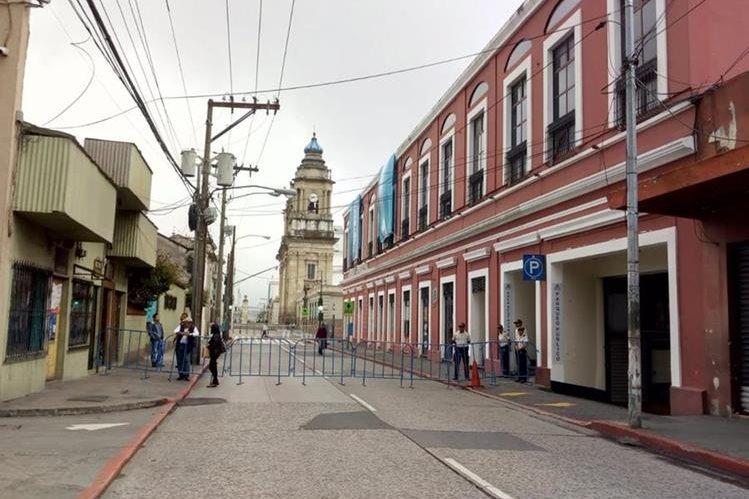 Las calles aledañas a la Catedral Metropolitana y Palacio Nacional de la Cultura están cerradas debido a los anuncios de protestas. (Foto Prensa Libre: Óscar Rivas)