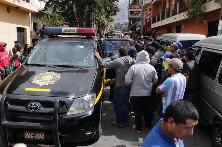Momento de tensión se vivieron durante la captura de la mujer señalada de extorsión. (Foto Prensa Libre).