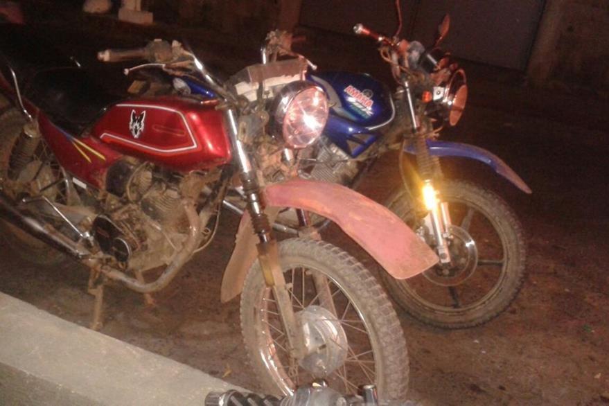 Supuestos delincuentes se transportaban en estas dos motocicletas. (Foto Prensa Libre: PNC)