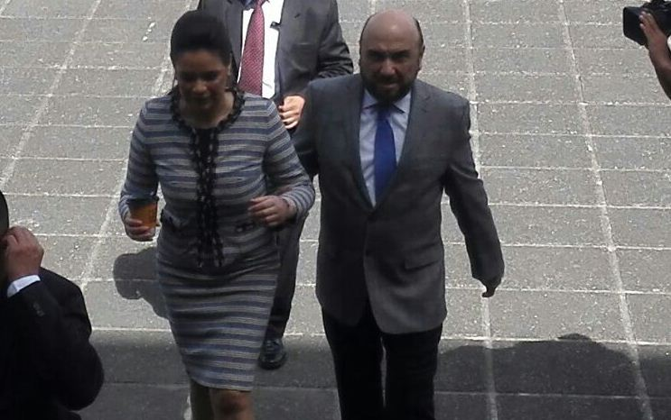 Roxana Baldetti y su esposo Mariano Paz, llegan a la Torre de Tribunales este lunes. (Foto Prensa Libre: Esbin García)
