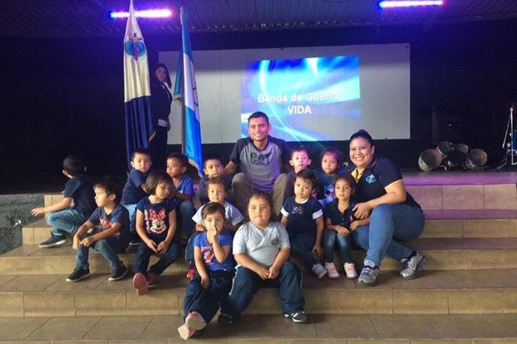 Érick Barrondo compartió con los alumnos del centro educativo en Villa Nueva. (Foto Prensa Libre: Facebook: Colegio Vida)