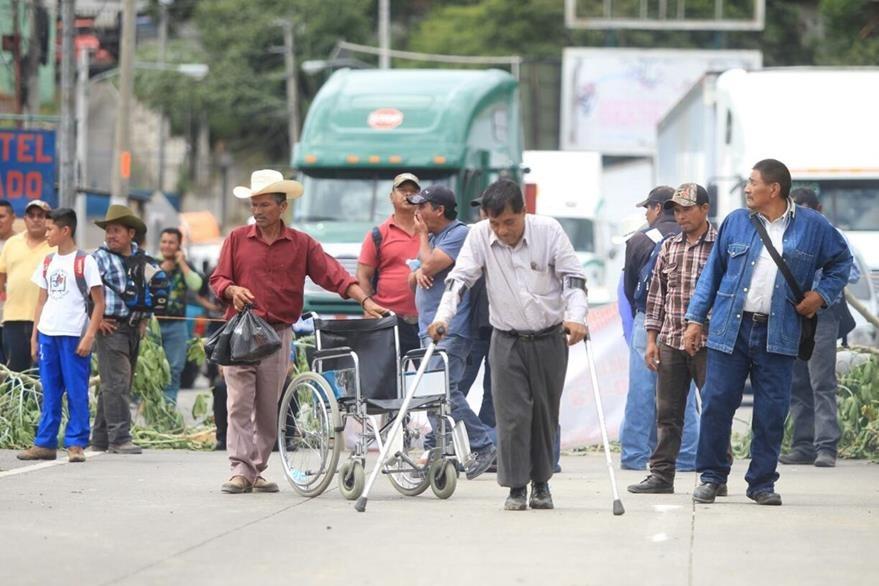 Los minusválidos se colocaron a mitad de la carretera para evitar ser desalojados por la Policía. (Foto Prensa Libre: Esbín García)