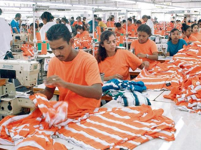 con la aprobación de la Ley Emergente de Inversión y Empleo, solo las industrias textil y de call center podrán gozar de beneficios fiscales.