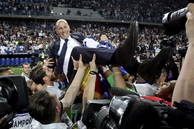 Zinedine Zidane es cargado por sus jugadores momentos después de haber ganado LaLiga. (Foto Prensa Libre: EFE).